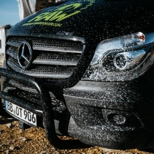 schwarz mercedes transporter schmutz offroad