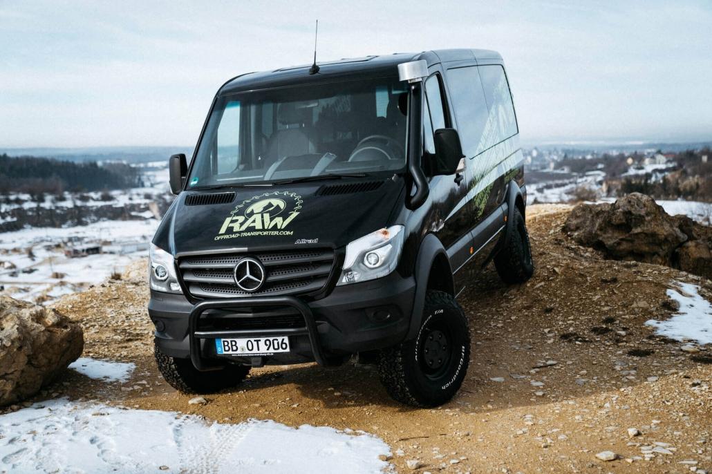 schwarz transporter mercedes schnee offraod raw logo